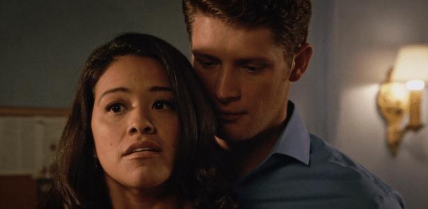 """Jane (Gina Rodriguez) e Michael (Brett Dier) em cena de """"Jane The Virgin""""  - Divulgação/CW"""