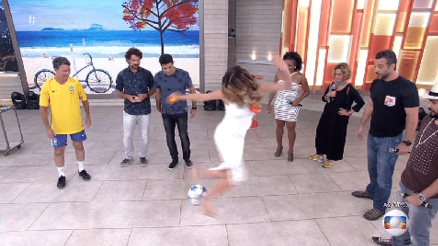 """Ana Furtado se arrisca ao simular jogada de salto alto e vestido longo durante o """"Encontro"""" - Reprodução/TV Globo"""