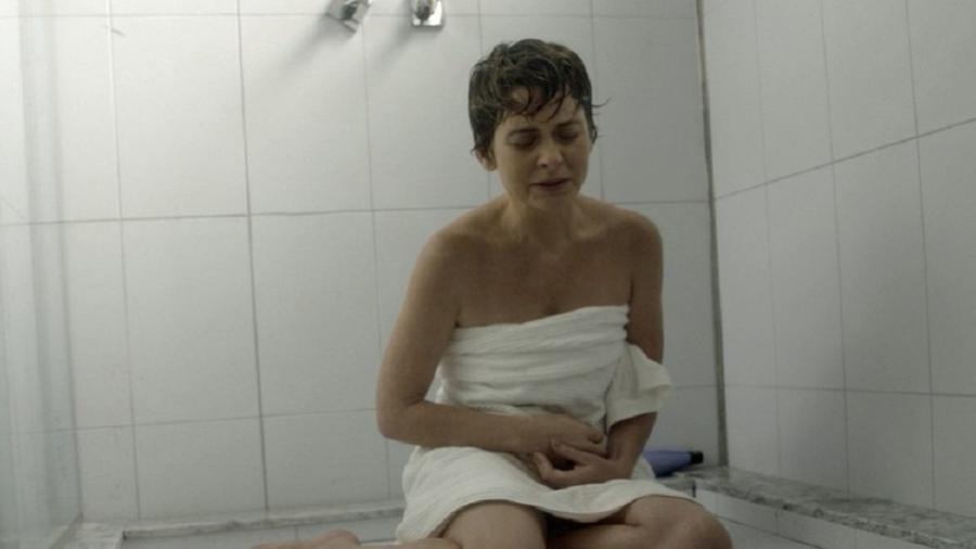 """Helô (Claudia Abreu) tem sangramento durante o banho em """"A Lei do Amor"""" - Reprodução/GShow"""