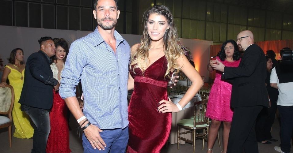 Os ex-BBBs14 Diego e Fran também marcam presença no casamento de Elis