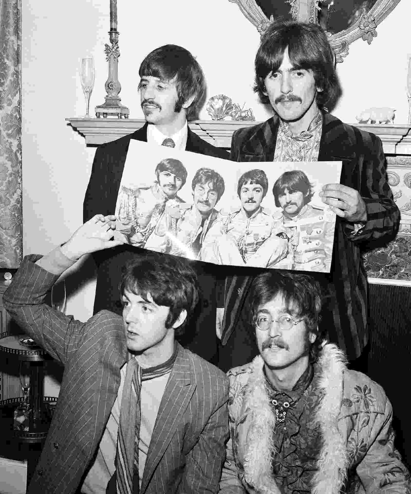 """19.mai.1967 - Os Beatles celebram a finalização de seu oitavo álbum, """"Sgt Pepper's Lonely Hearts Club Band"""", com uma entrevista coletiva na casa do empresário Brian Epstein, em Londres. O disco chegou às lojas no dia 1º de junho - Mirror Syndication International/Mirrorpix/Mirrorpix via Getty Images"""