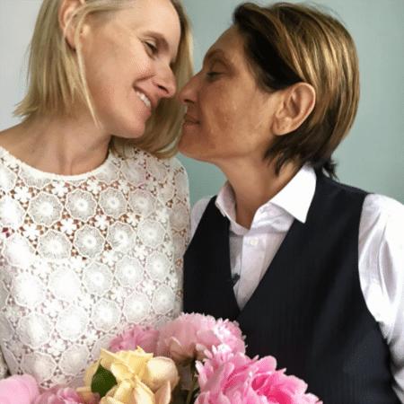 Elizabeth Gilbert (esq) e Rayya Elias estavam casadas desde 2017 - Reprodução/Instagram/elizabet_gilbert_writer