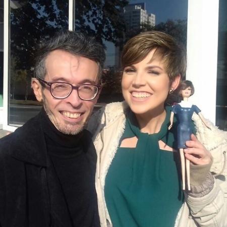 Gloria Vanique com sua boneca - Reprodução/Instagram/gloriavanique