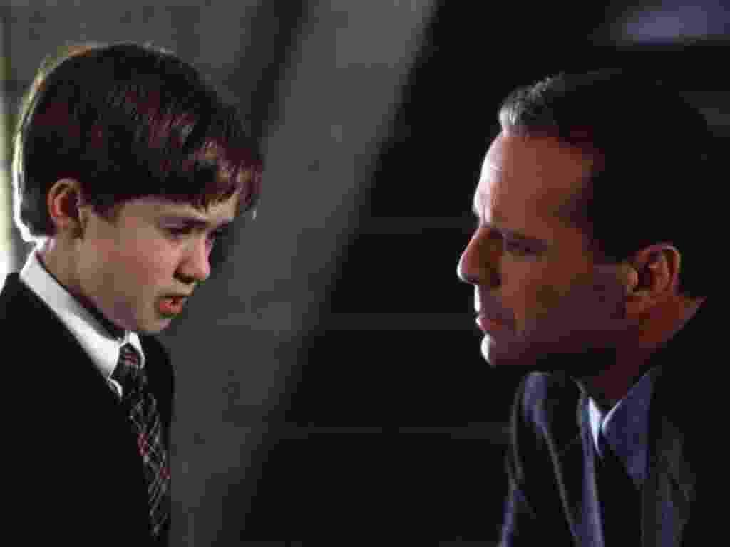 """Haley Joel Osment e Bruce Willis em cena de """"O Sexto Sentido"""" - Divulgação"""