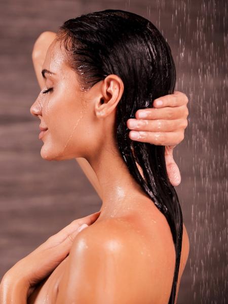 Para manter os fios saudáveis, o processo começa na lavagem - Getty Images