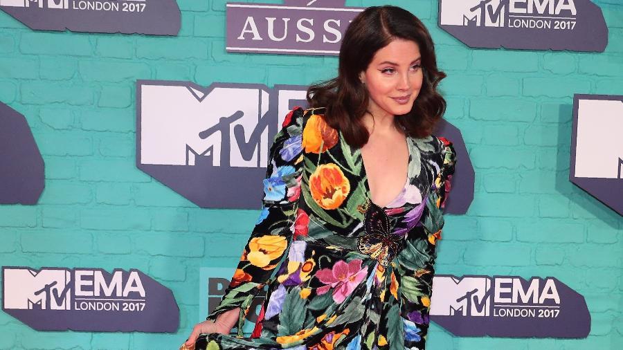 Lana del Rey posa com vestido florido e com fenda no tapete vermelho do EMA (Europe Music Awards), premiação da MTV realizada na arena de Wembley, em Londres - Hannah McKay/Reuters