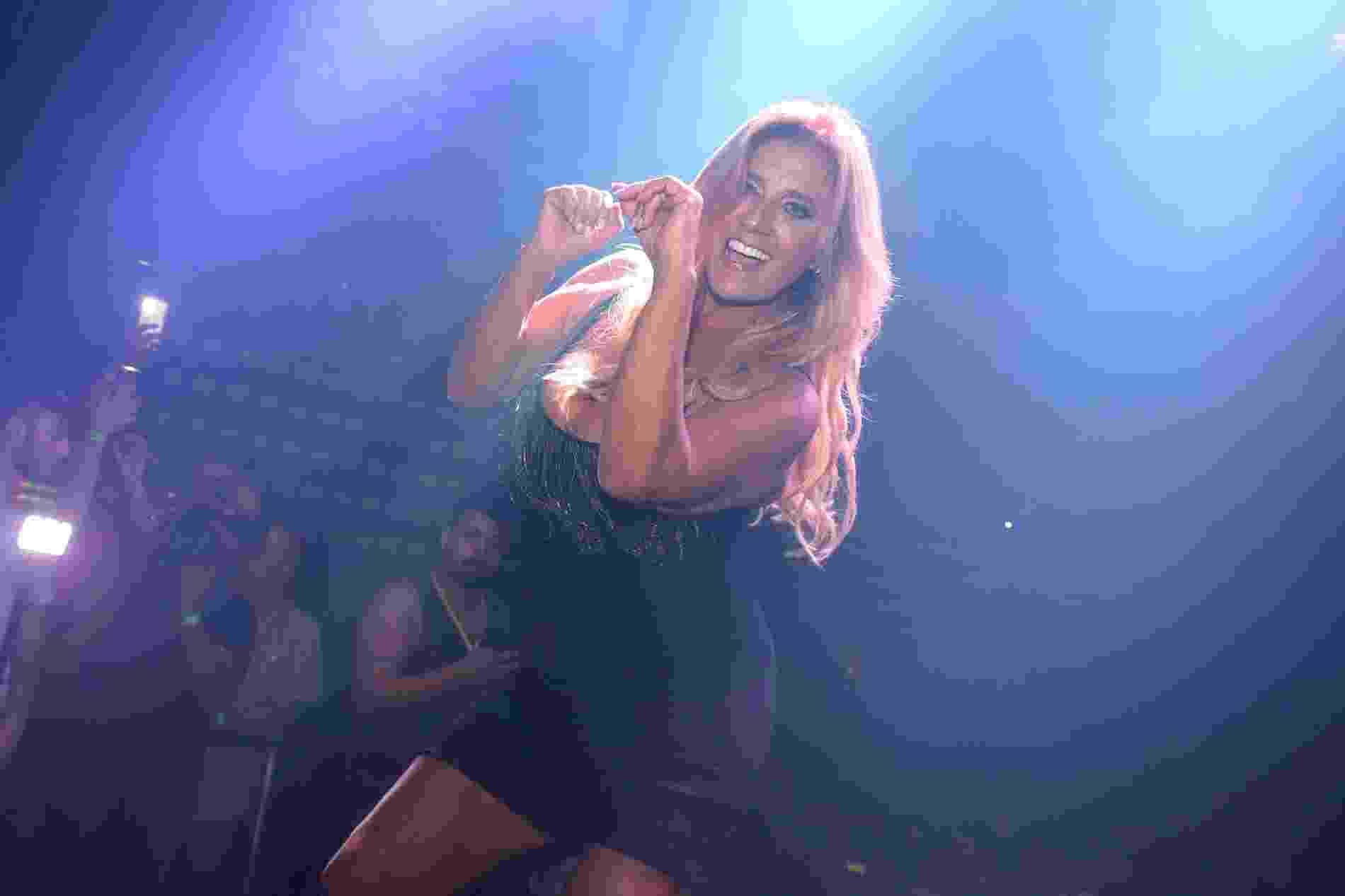 """A cantora Rita Cadillac lançou o primeiro videoclipe da carreira """"É Bom Para o Moral"""" com muito rebolado e selinhos, numa apresentação na The Week, na festa Gambiarra, em São Paulo - Thiago Duran/AgNews"""