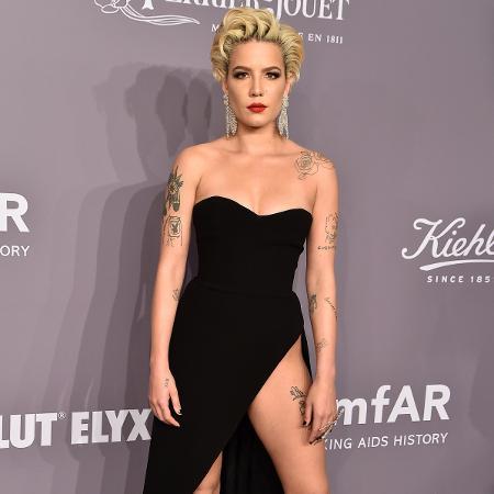 A cantora Halsey no gala da amfAR em Nova York - Getty Images
