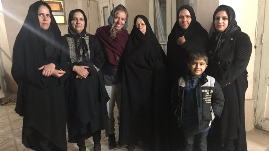A brasileira Cassia Dian (de véu cinza) ficou encantada com a hospitalidade dos iranianos - Cassia Dian/Arquivo pessoal