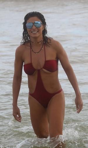 """Juliana Paes usa um maiô """"engana mamãe"""" e mostra excelente forma em dia de praia com a família em Grumari, zona oeste do Rio"""