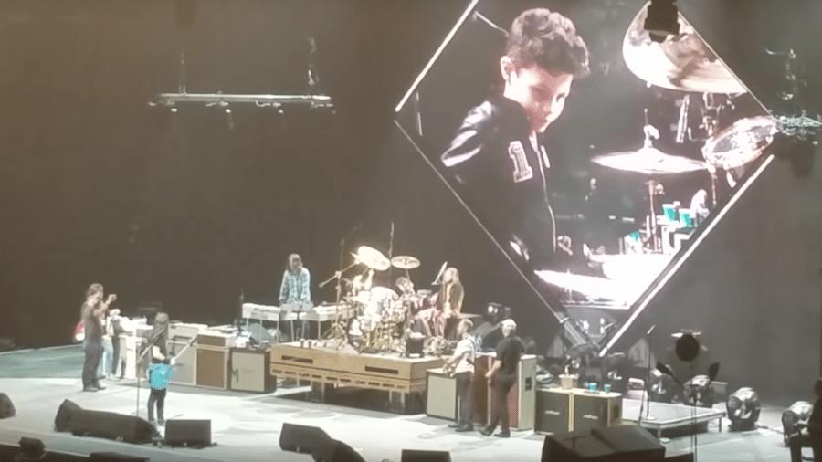 Menino de 8 anos rouba a cena em show do Foo Fighters - Reprodução
