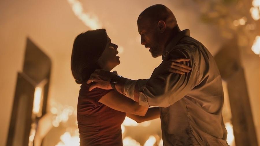 """Dwyane Johnson e Neve Campbell em cena de """"Arranha-Céu: Coragem Sem Limite"""" - Divulgação"""
