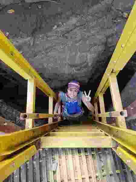 Jessica na escadaria da praia do Sancho, que tem 208 degraus e é encravada em uma rocha, com Bernardo preso ao seu corpo - Deixa de Frescura/Divulgação - Deixa de Frescura/Divulgação