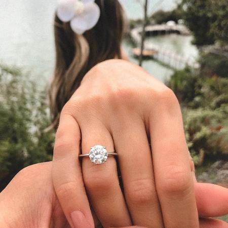 Thássia Naves posta foto do anel de noivado - Reprodução/Instagram