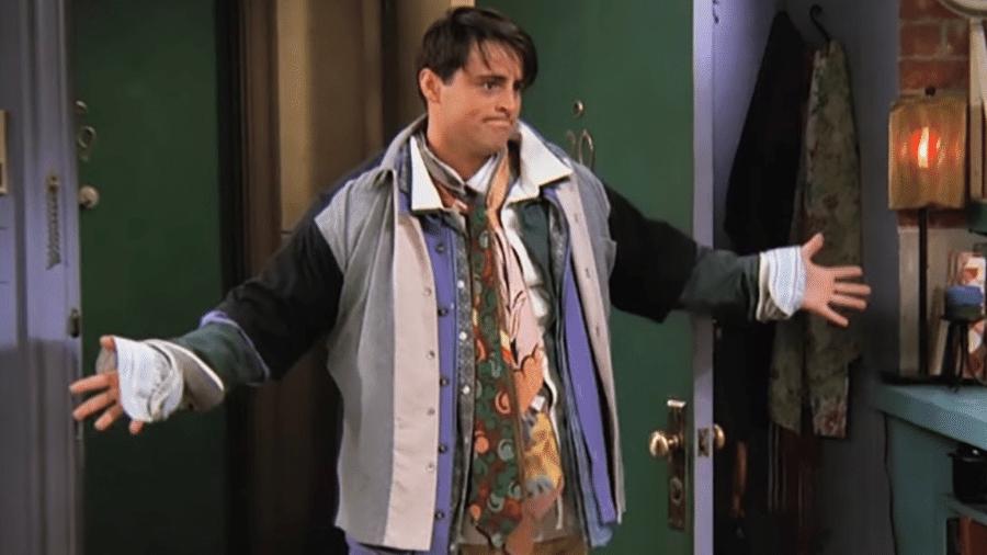 """Joey, em """"Friends"""", decidiu um dia vestir todas as roupas possível para imitar o amigo, Chandler, fã de sobreposições - Reprodução/Youtube"""