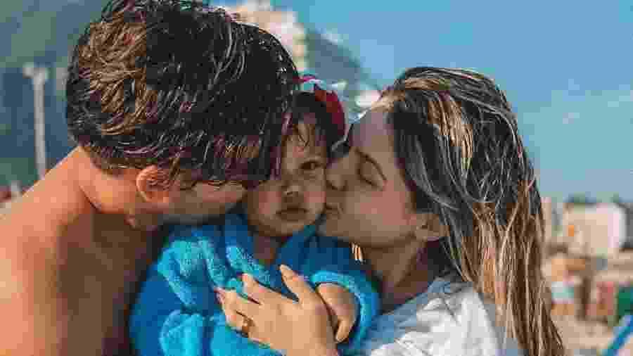 Jonathan Couto e Sarah Pôncio beijam o filho José - Reprodução/Instagram
