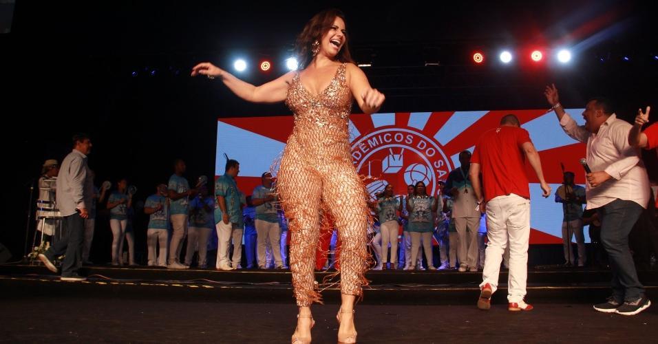 Viviane Araújo se diverte em evento de samba no Rio de Janeiro