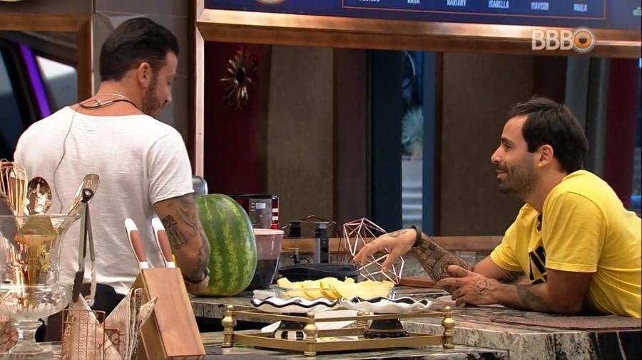 Gustavo e Vinicius preparam café da manhã - Reprodução/TvGlobo