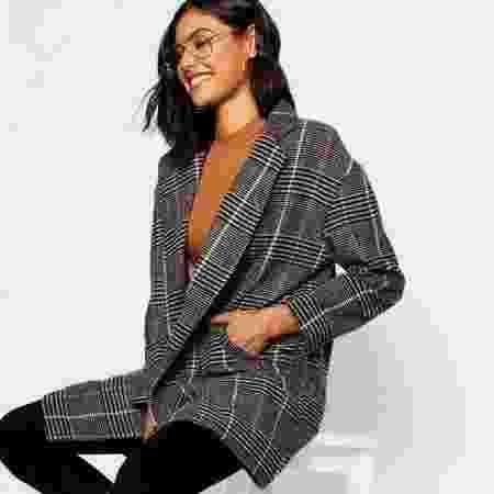 Peças de lã, como o casaco da foto, devem sair do catálogo da Boohoo até o segundo semestre deste ano - Reprodução