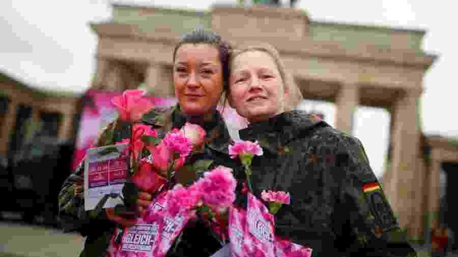 Mulheres das Forças Armadas da Alemanha distribuem flores no Dia Internacional das Mulheres - Reuters