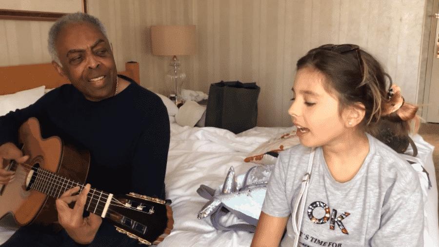 """Gilberto Gil com a neta, Flor, em """"jam session"""" caseira foi postada na rede social da família Gil - Reprodução/Facebook"""