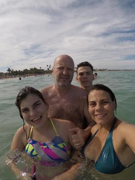 Paulinha com os pais e o irmão mais velho - Arquivo pessoal