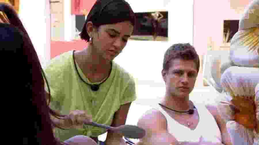 BBB 20: Lucas observa Manu servir-se antes de repetir - Reprodução/Globoplay