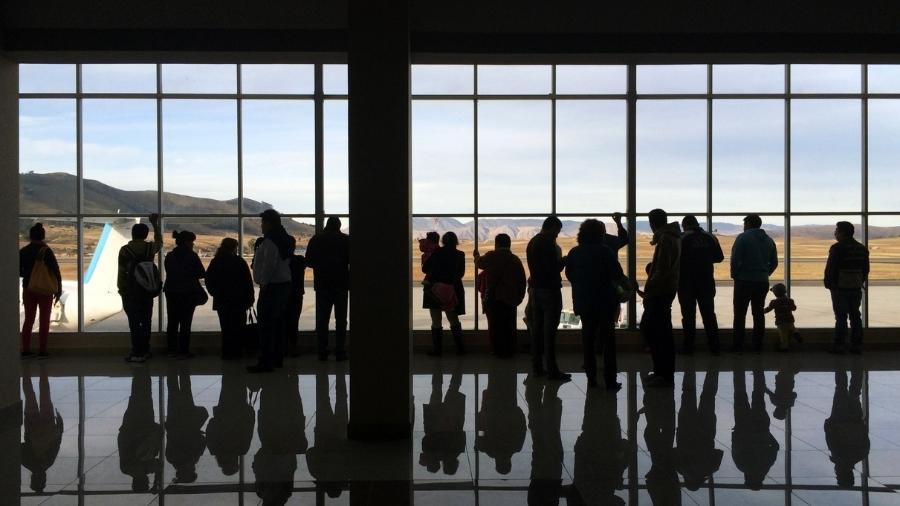 Silhuetas em aeroporto - Getty Images