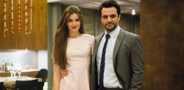 """Angel (Camila Queiroz) e Alex (Rodrigo Lombardi) vivem conturbado romance em """"Verdades Secretas"""""""
