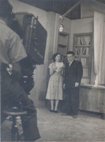 """Lia de Aguiar e Dionízio Azevedo em cena da primeira novela brasileira, """"Sua Vida me Pertence"""" (1951). Produzida pela TV Tupi, a trama era exibida apenas duas vezes por semana e teve só 25 capítulos"""