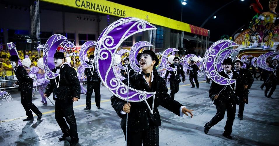 6.fev.2016 - Ala da Unidos do Peruche, escola que homenageou os cem anos do samba