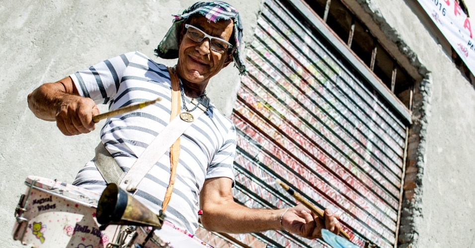08.fev.2016 - Músicos animam foliões no 68º desfile do bloco Esfarrapado, no Bixiga, região central de São Paulo. O bloco é conhecido por intercalar marchinhas e sambas-enredo clássicos da escola de samba Vai-Vai.