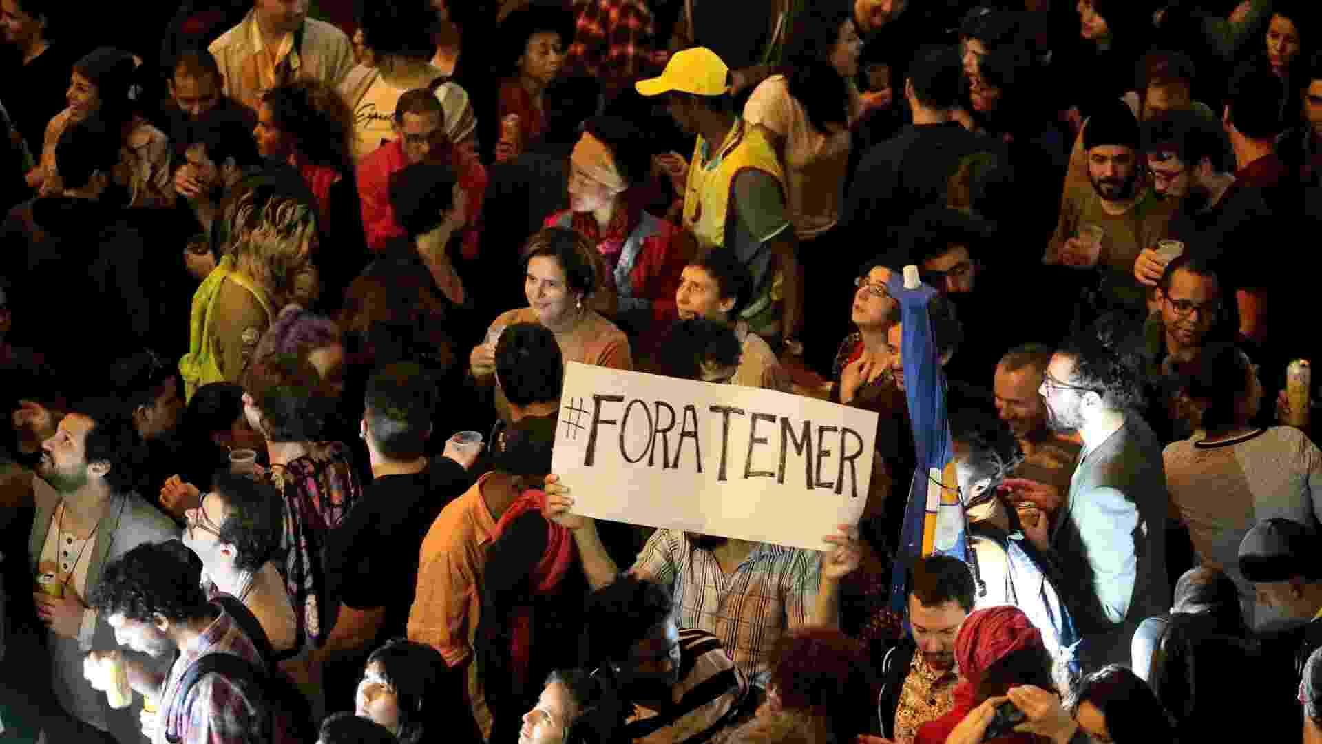 20.mai.2016 - Público levanta cartaz contra o governo do presidente interino Michel Temer na Virada Cultural - Flavio Florido/UOL
