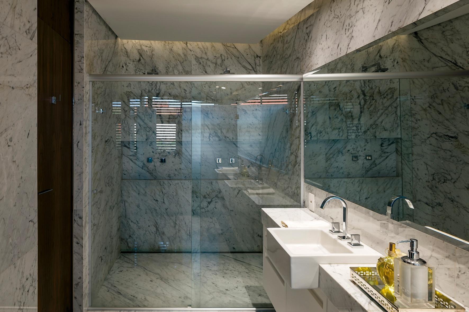 A elegância domina o banheiro da suite do casal, no volume dos dormitórios. O espaço é todo em mármore e a iluminação fica embutida nas sancas. A Casa Braga é um projeto do arquiteto Gustavo Penna