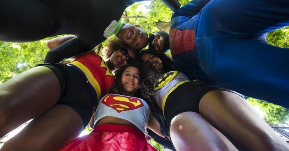 """Rai Braia (22) de lanterna verde, Claudia Nascimento (22) de Mulher Maravilha, Camila Vitoria (21) de Batgirl, Lais Galdino (19) de Super Mulher e Rafael Oliveira (32) de Homem Aranha no """"Volta, Alice"""""""
