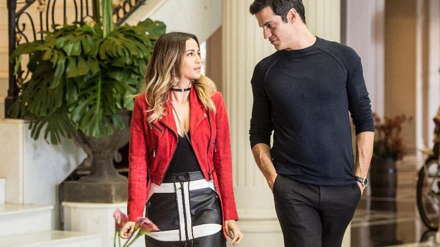 """Sandra Helena (Nanda Costa) ouve proposta de Eric (Mateus Solano) em """"Pega Pega"""" - João Cotta/TV Globo"""