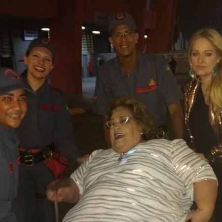 Mamma Bruschetta brinca de ser carregada por bombeiros em show de Roberto Carlos - Reprodução/Instagram/mammabruschetta