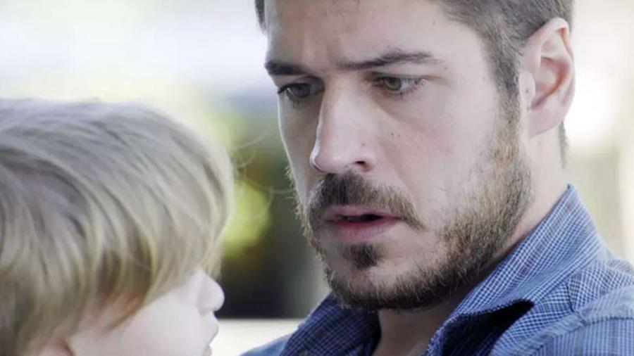 Zeca descobre que é pai de Ruyzinho ao ver marca de nascença na perna do garoto - Reprodução/A Força do Querer/GShow