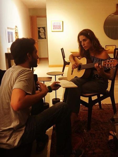 """Apresentadora do """"Fantástico"""" demonstra entusiasmo com aula de violão - Reprodução/Instagram"""
