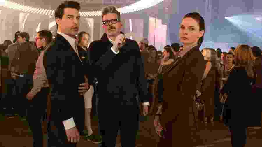 """O diretor Christopher McQuarrie dá instruções para os atores no set de """"Missão Impossível"""" - Divulgação"""