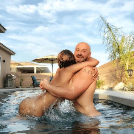 Nua, Mel B se diverte na piscina com amigo - Reprodução/Instagram
