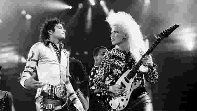 Michael Jackson e a guitarrista Jennifer Batten - Reprodução/Facebook - Reprodução/Facebook