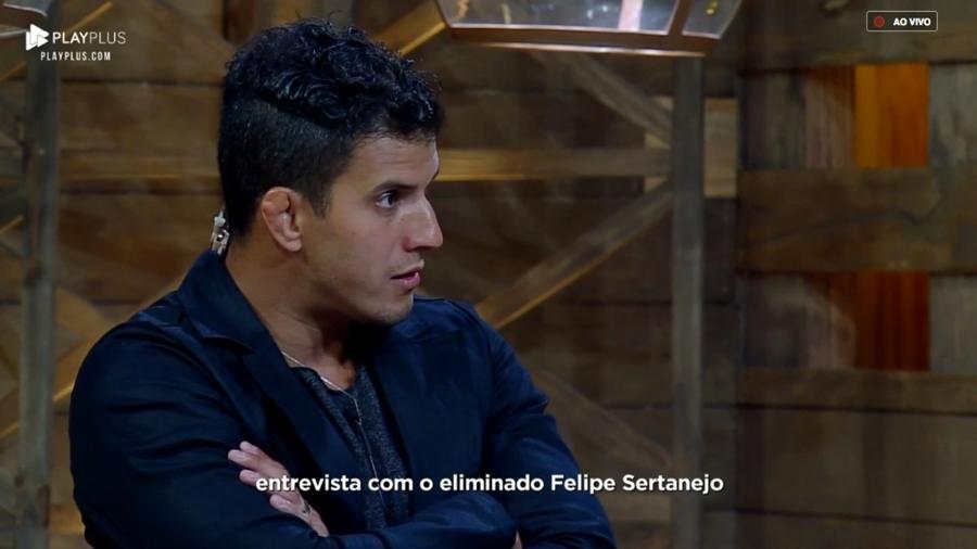Após ser eliminado, Felipe Sertanejo é entrevistado pelo apresentados Marcos Mion  - Reprodução/PlayPlus