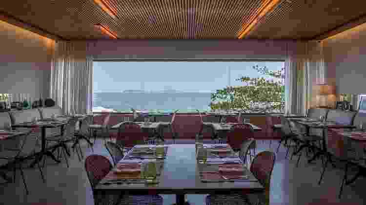 No Janeiro Hotel é possível ver o mar de qualquer parte, tomando banho, de dentro da piscina, no bar ou no restaurante - Divulgação