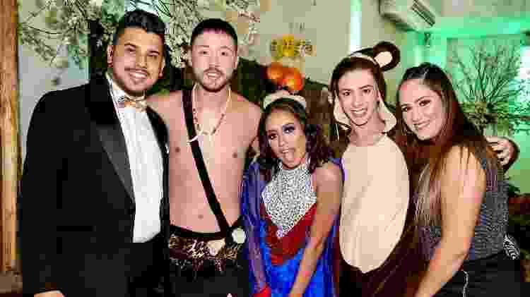 MC Loma posa com amigos na festa das primas Mariely e Mirela, as Gêmeas Lacração - Manuela Scarpa/Brazil News
