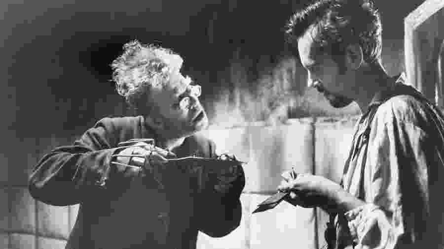 Tom Waits como Renfield (à esquerda) em cena de Drácula de Bram Stoker (1992) - Divulgação/IMDb