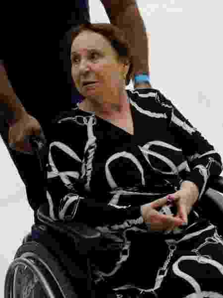 Maria do Céu Moraes, mãe de Gugu Liberato, chega ao velório de cadeira de rodas - Nelson Antoine/UOL