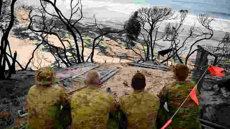 Soldados avistam estrago na praia de Mallacoota, na Austrália - Tracey Nearmy/Reuters