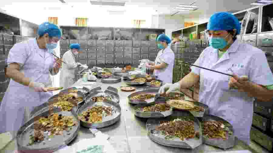 O governo chinês viu a pandemia da covid-19 como uma oportunidade para tentar internacionalizar a medicina tradicional do país - Getty Images