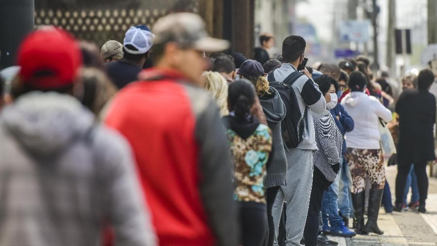 Beneficiados de auxílio emergencial enfrentam longa fila na agencia da Caixa Econômica Federal - Dudu Contursi/UAI Foto/Folhapress